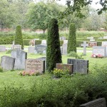 Gräset på graven bredvid måste också klippas