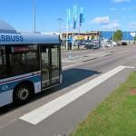 Bussen stoppar bilar och hindrar gående